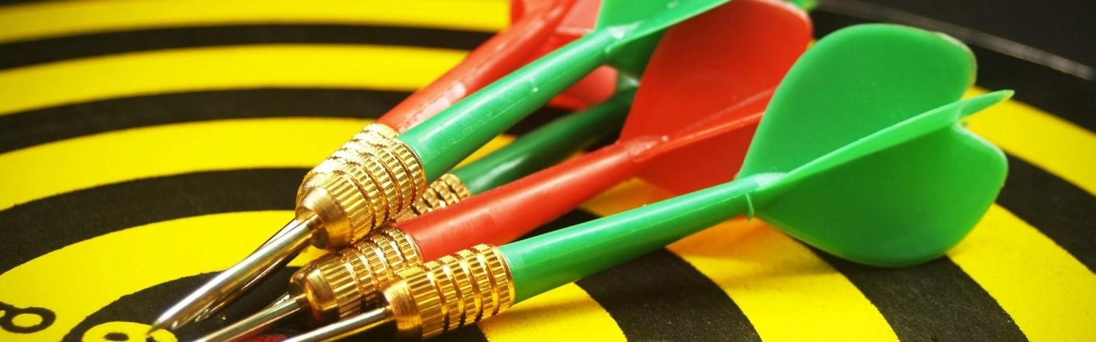 Foto van dartpijlen op een dartbord
