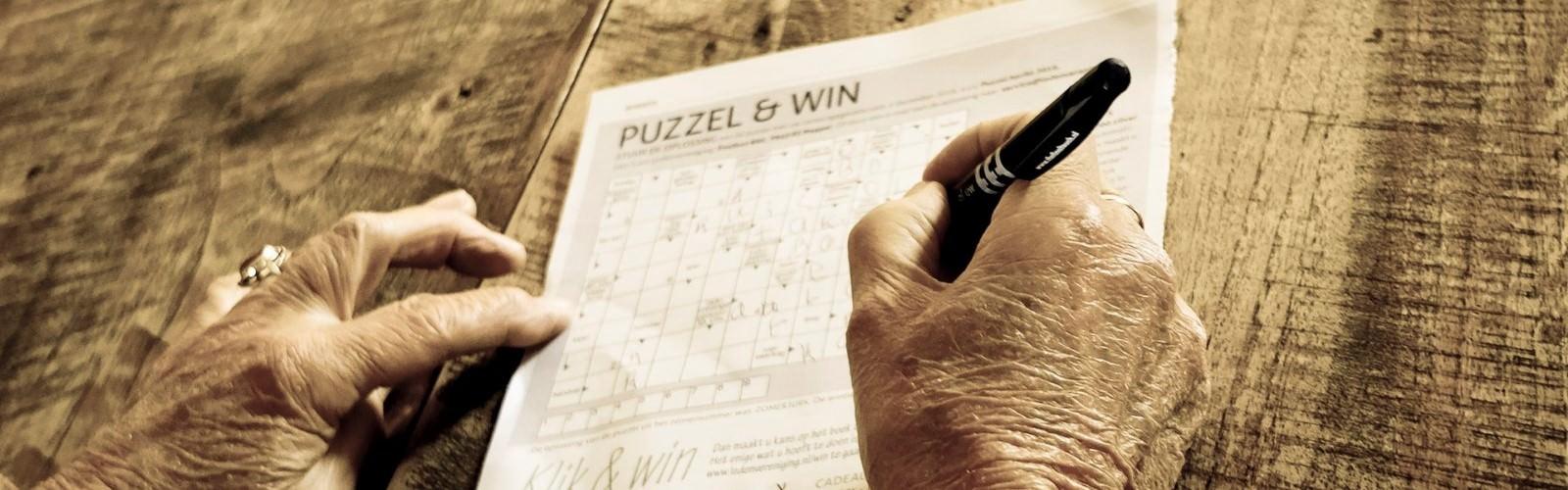 Vrouw is bezig met puzzel